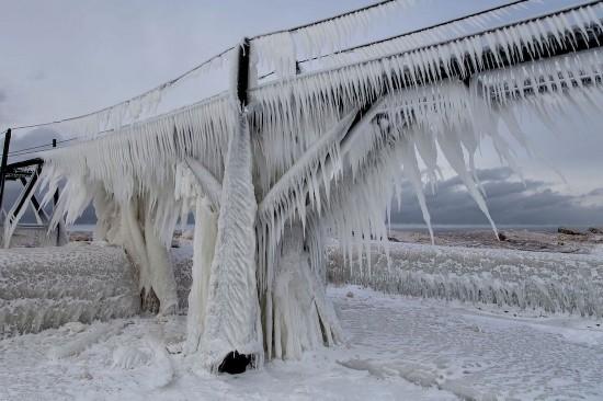 美呆了!美海港城市因暴风雪幻化成冬日仙境