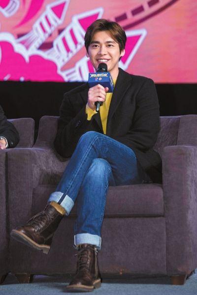 李易峰希望春节能陪伴母亲:带她看想看的电影(图)