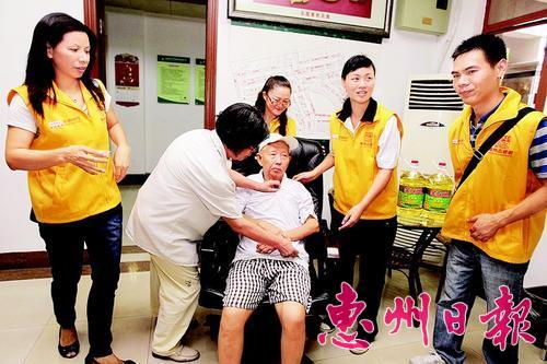 我市常态化开展关爱老人活动。 资料图片