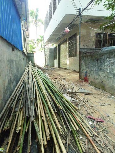 海口:杂物挤占出村唯一路 百余户居民出行难
