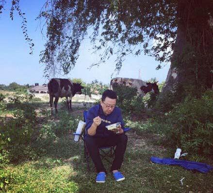 郭涛晒野外吃午餐照 网友:拍戏间歇顺便放牛