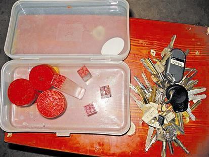 农民工地挖出神秘盒子 内有74枚印章数十把钥匙