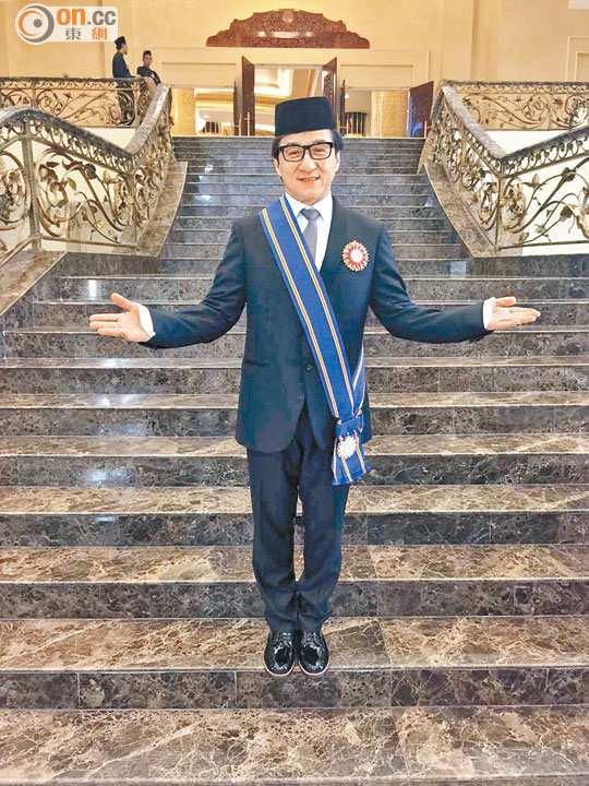 成龙获封马来西亚拿督 戴马来传统帽拍照