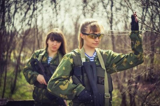 俄罗斯美少女穿军装扛大废墟玩cosplay