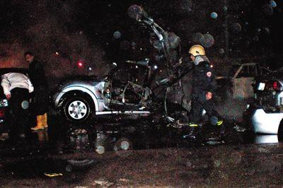 2008年2月12日,安全人员在大马士革汽车爆炸事件的现场查看,穆格尼耶死于该爆炸。