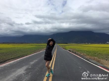 林依晨穿羽绒服露大腿网友调侃:看着就冷(图)