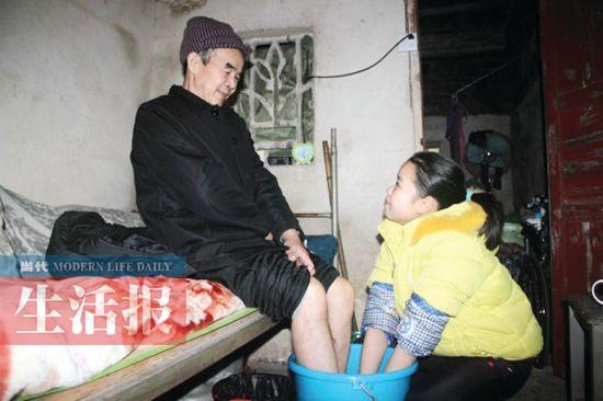 女孩上学父亲中风偏瘫贺州17岁女生背父离世阿迪达斯母亲裤子图片