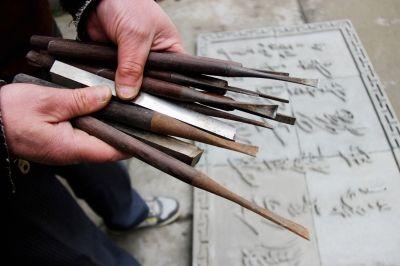扬州一市民耗时一年半 创作1.6米长古诗砖雕