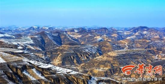 入冬以来,陕北黄土高原就没下过一片雪.大地干燥的直冒烟,许多人