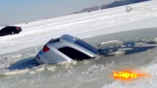 实拍百万豪车压碎冰面坠入冰窟 缓缓沉入水底截图