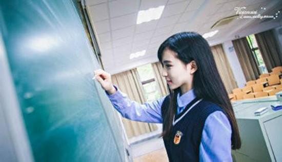 厦门最美校服女生走红 被保送复旦外语专业