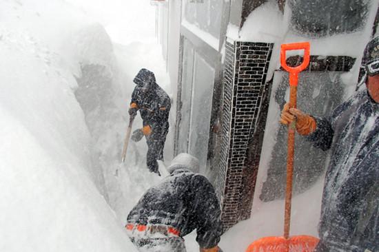 北海道遭遇创纪录大雪居民窗户被大雪掩埋(图)