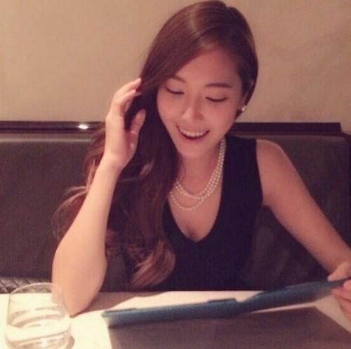 韩国女星Jessica晒美照穿黑裙戴珍珠项链(图)