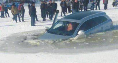 长春一百万豪车坠入冰窟 3人跳窗逃生(图)