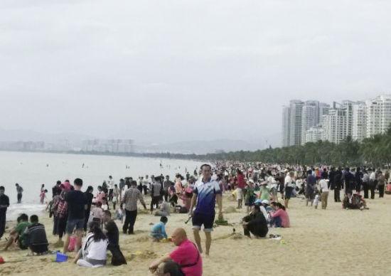 2月3日,三亚湾游人如织。