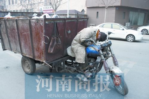 郑州一环卫工人通宵运垃圾因太累马路中间睡着