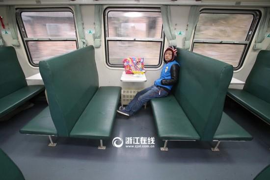 """春运首日奇葩事:一个人""""包""""了一列火车(组图)"""