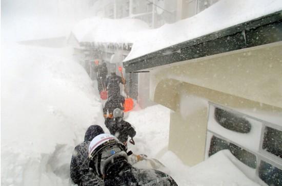 北海道遭遇创纪录大雪 积雪达179厘米窗户被掩埋(图)
