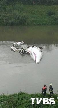 台湾复兴航空轻型民航机坠河 机上载有58人