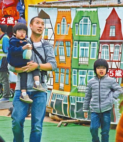 陈慧琳两子被拍 模样与父亲十分相似(图)