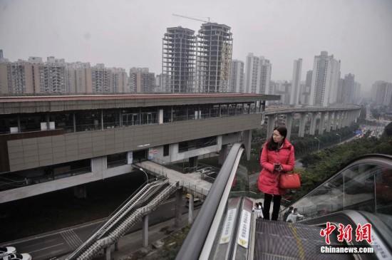 重庆土坡上建自动扶梯 便于市民出行