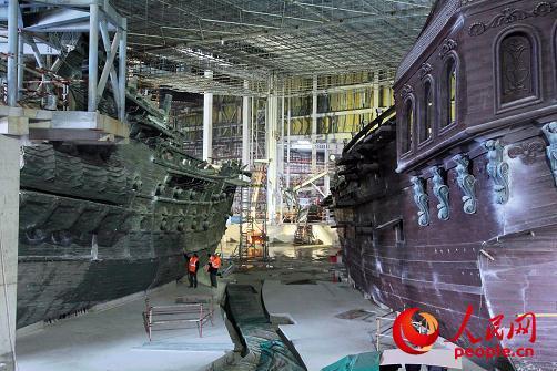 """迪士尼幻想工程师国际团队和中国本地承包商共同协作建设上海迪士尼度假区。他们运用先进的科技和施工技术打造""""加勒比海盗――沉落宝藏之战""""这个全新的高科技船载游乐项目。"""