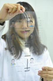揭秘身份证制作全过程 23岁女孩一天看2万个头