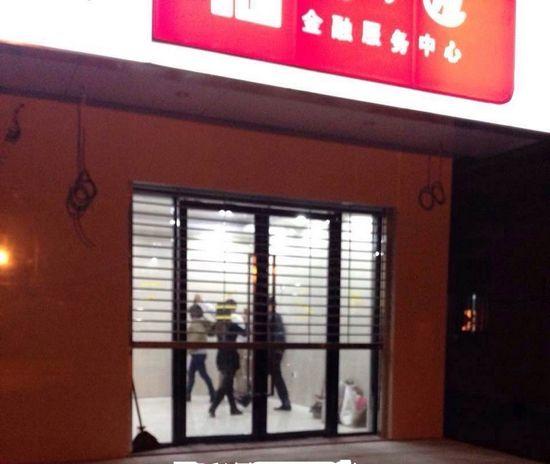 大妈占用ATM取款厅跳广场舞 网友调侃取款有保镖