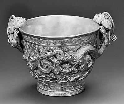 贵州遵义杨氏土司墓地中杨价夫人墓室出土的螭首金杯