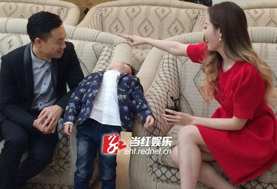杨阳洋后台与张靓颖玩游戏