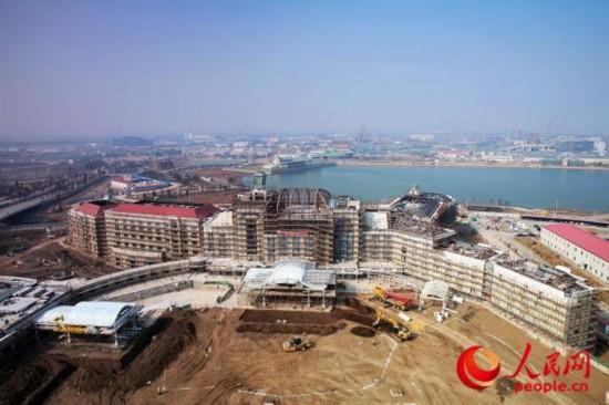 上海迪士尼乐园酒店在启动地上建设仅12个月之后,于近日顺利封顶,标志着度假区开发过程中的又一关键建设里程碑。