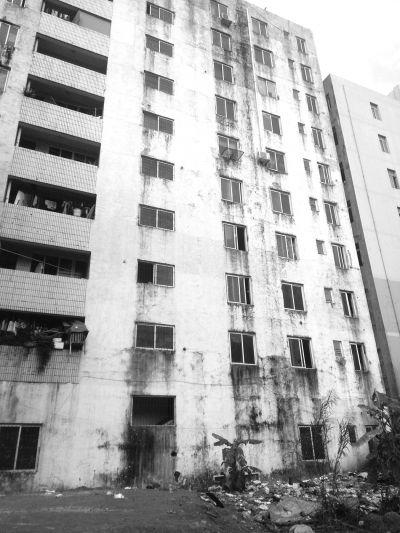 海口博雅路:租户楼上扔垃圾 楼下车遭殃