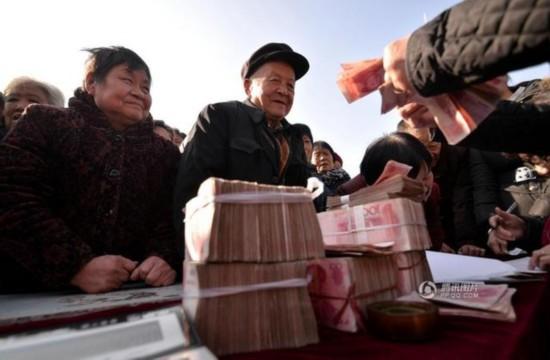 河北1名村支书自掏220万元给全村发年货(组图)