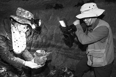 西藏曲踏墓地出土彩绘刻划纹陶器时的工作照