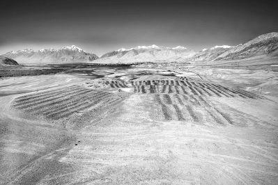 新疆帕米尔吉尔赞喀勒拜火教墓地(即曲曼墓地)地表的黑白石条遗迹