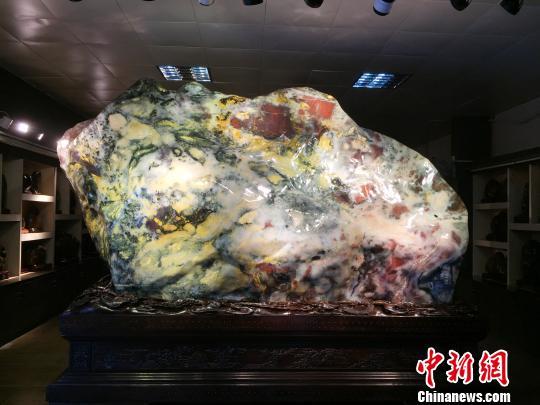 广西桂林现18吨重七彩鸡血玉估价逾3亿