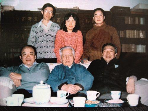 4-3,与导师王瑶先生在一起,前排中为王瑶,左为钱理群,右为吴福辉,后排左起为陈平原、张枚珊、温儒敏