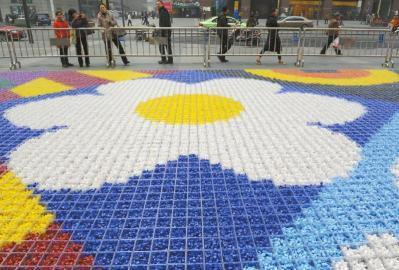 """成都国际金融中心门前的超大""""糖果地毯""""。"""