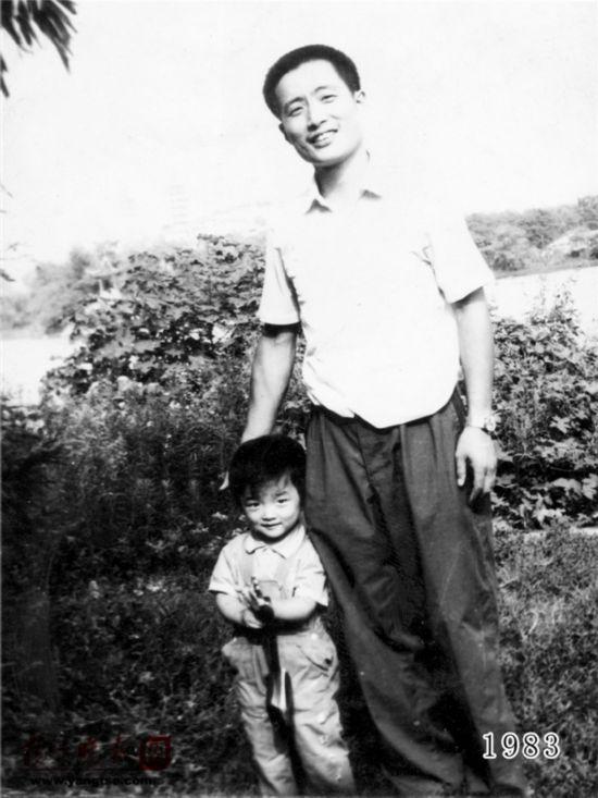 镇江一对父女连续35年同地点拍照留影演绎父爱传奇(组图)【4】