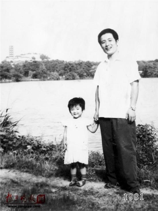 镇江一对父女连续35年同地点拍照留影演绎父爱传奇(组图)【2】