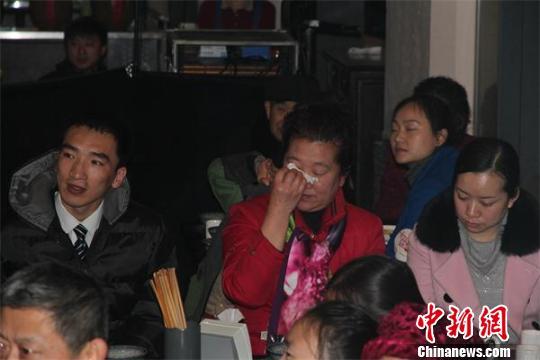 """成都""""孝心饭局""""开餐孝心网友读家书行孝礼"""
