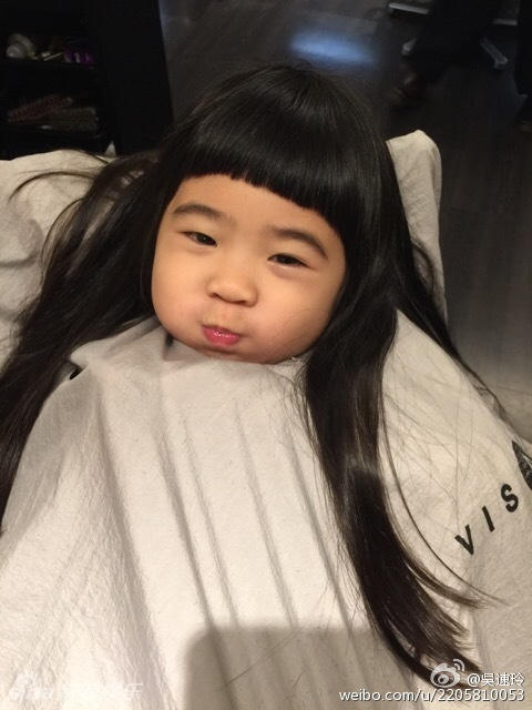 曹格妻子带两娃外出 姐姐剪头发嘟嘴超萌