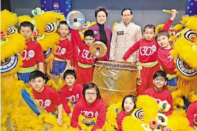 香港马会花车巡游首邀18名学童舞狮(图)