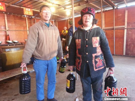 镇江万人排队打酱油市民称闻到酱油味就闻到年味