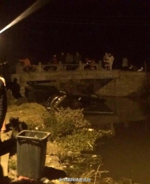 浙江苍南一辆轿车坠河 造成2人死亡