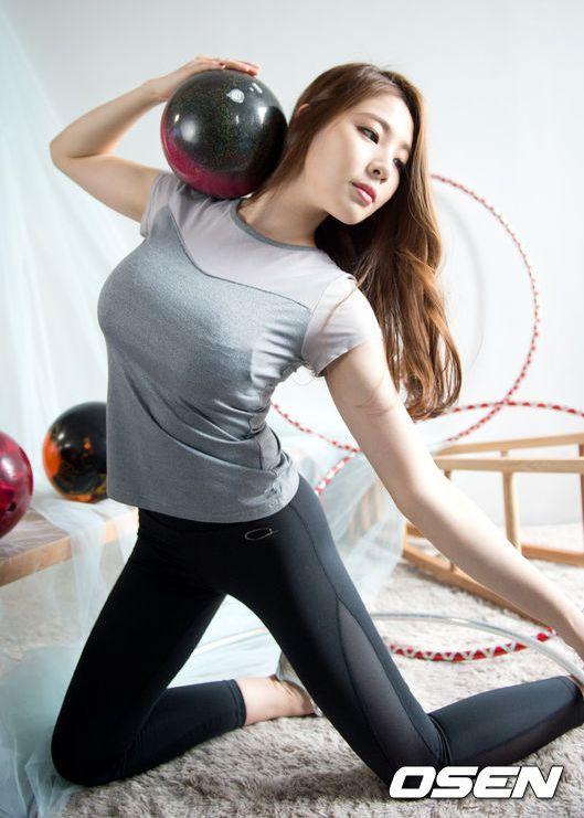 韩国体操美女拍写真集 舞动红丝带姿势柔美