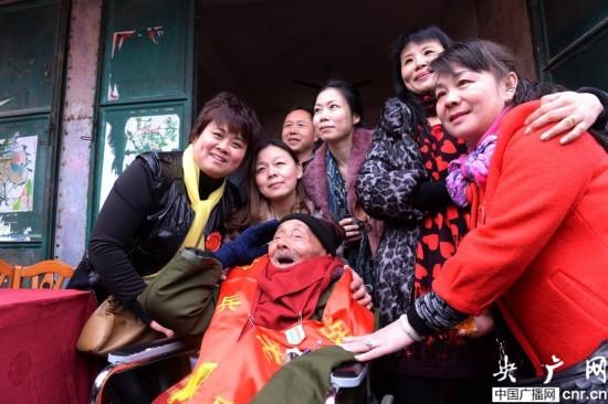 淞沪抗战老兵六代同堂过110岁生日(图)【4】