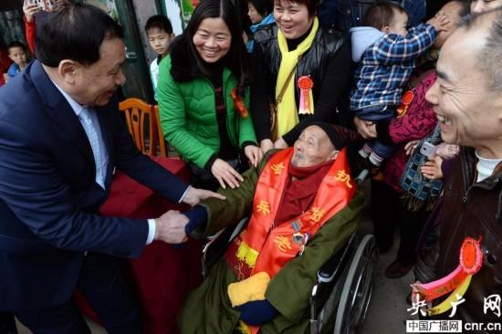 淞沪抗战老兵六代同堂过110岁生日(图)【3】