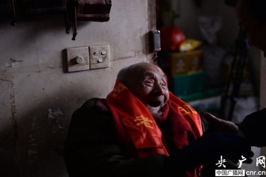 淞沪抗战老兵六代同堂过110岁生日(图)【2】