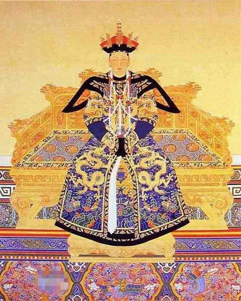 """赫舍里皇后初谥""""仁孝"""",这个在清朝皇后中是独一无二的谥号。后因原谥号与圣祖谥号出现重字,于雍正元年改谥,及后乾隆、嘉庆年间累加谥,曰孝诚恭肃正惠安和淑懿恪敏俪天襄圣仁皇后。"""